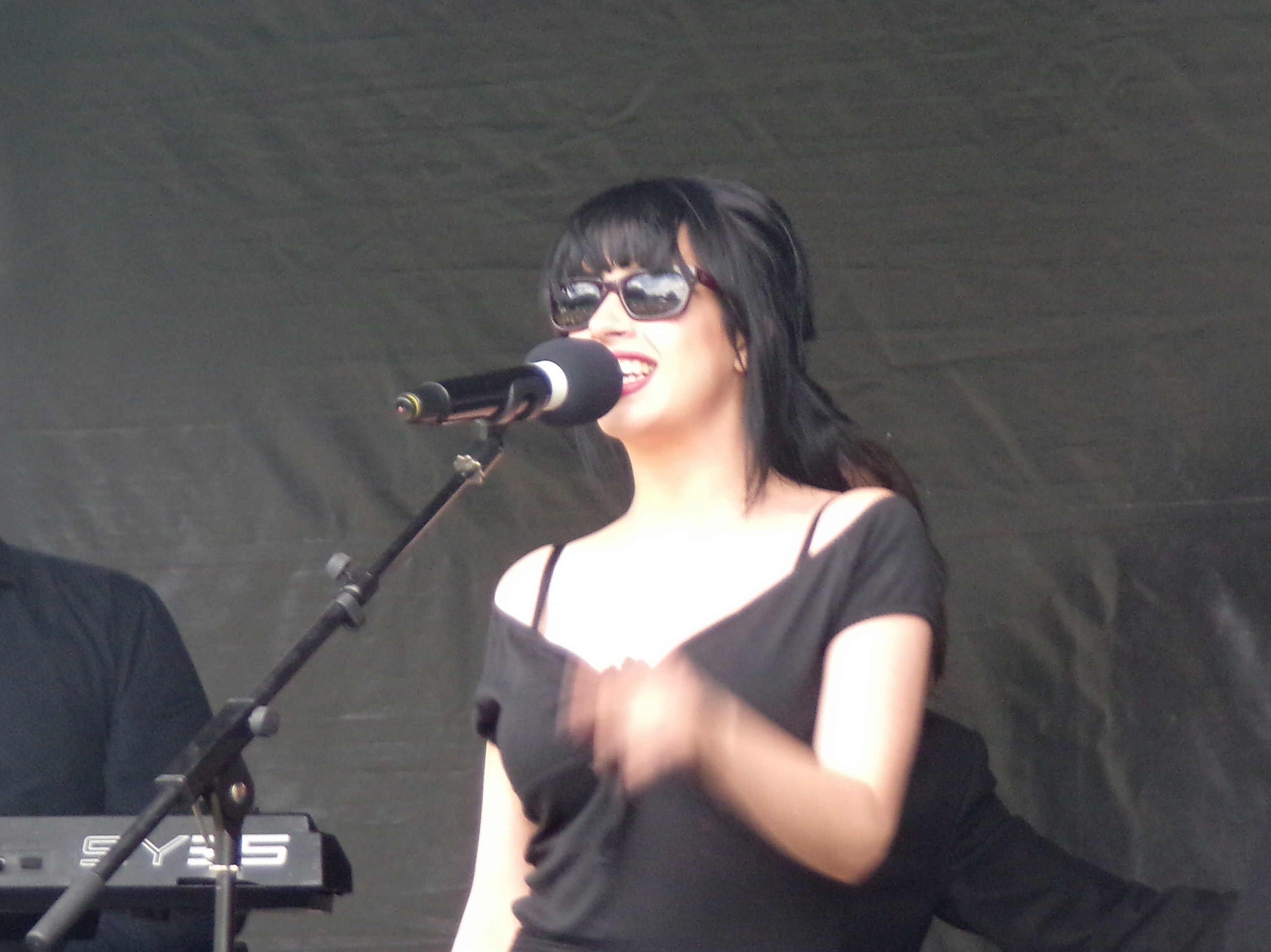 singer with sunglasses 4